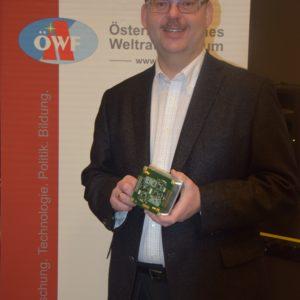 Michael Taraba, ÖWF, mit einem Teil des Kommunikationssystems des Satelliten © FH Wiener Neustadt