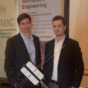 Projektleiter Carsten Scharlemann und Bernhard Seifert, beide FH Wiener Neustadt mit dem PEGASUS-Modell © FH Wiener Neustadt