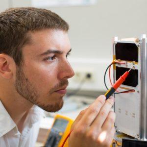Student des Studiengangs Aerospace Engineering beim Arbeiten am neuen Satellitenmodell. © FH Wiener Neustadt