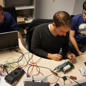 3 Mitglieder des TU Wien Space Teams beim Komponententest für den CubeSat PEGASUS. © TU-Spaceteam